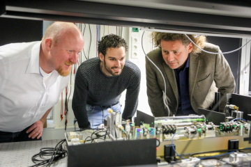 Prof. Dr. Claus Braxmaier (right), Dr. Ruven Spannagel (middle) and Dr. Rodion Groll (right)