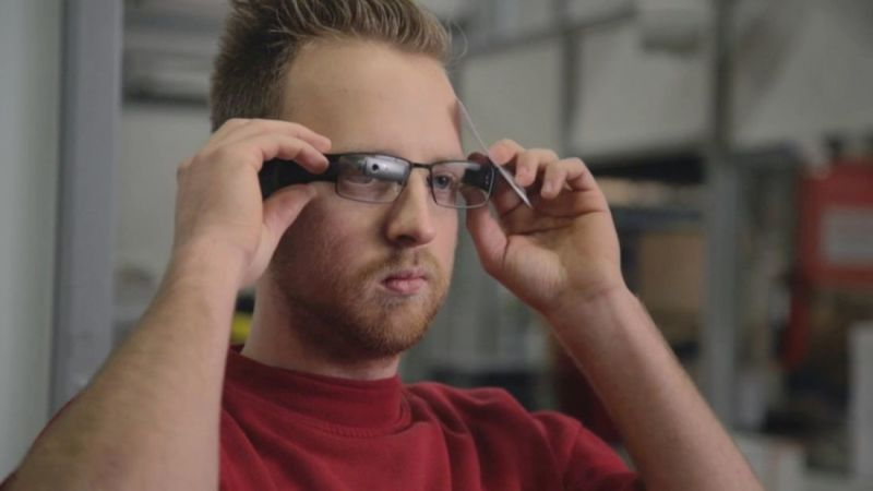 Data glasses from Ubimax in use at DHL.