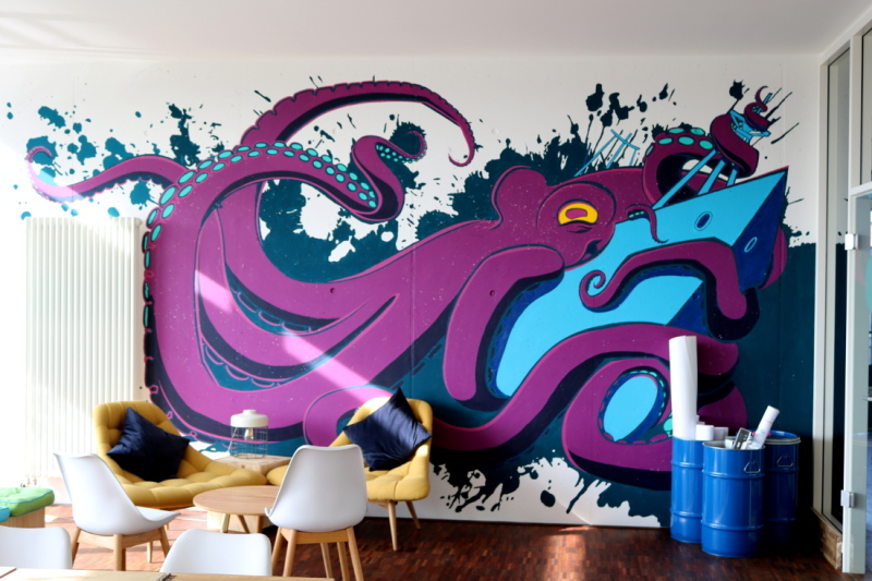 The large-scale graffiti by Bremen artists loosens up the workshop room